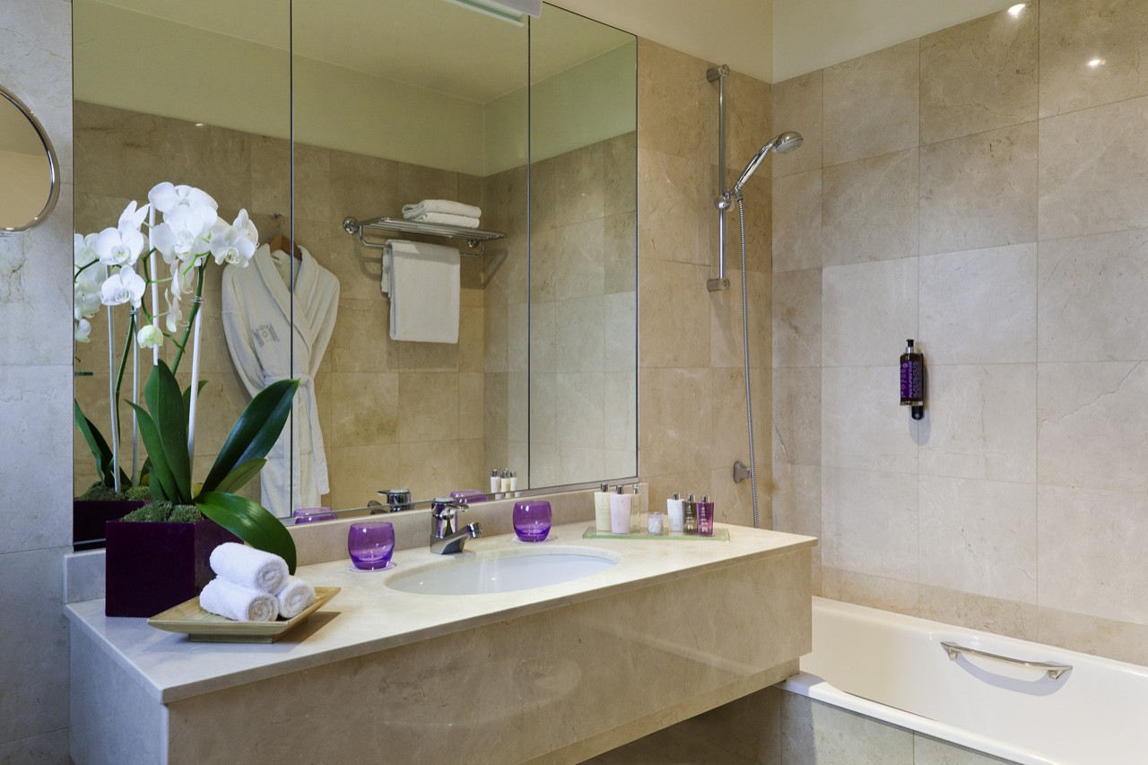 H tels barri re enghien les bains le grand h tel junior suite for Salle de bain hotel