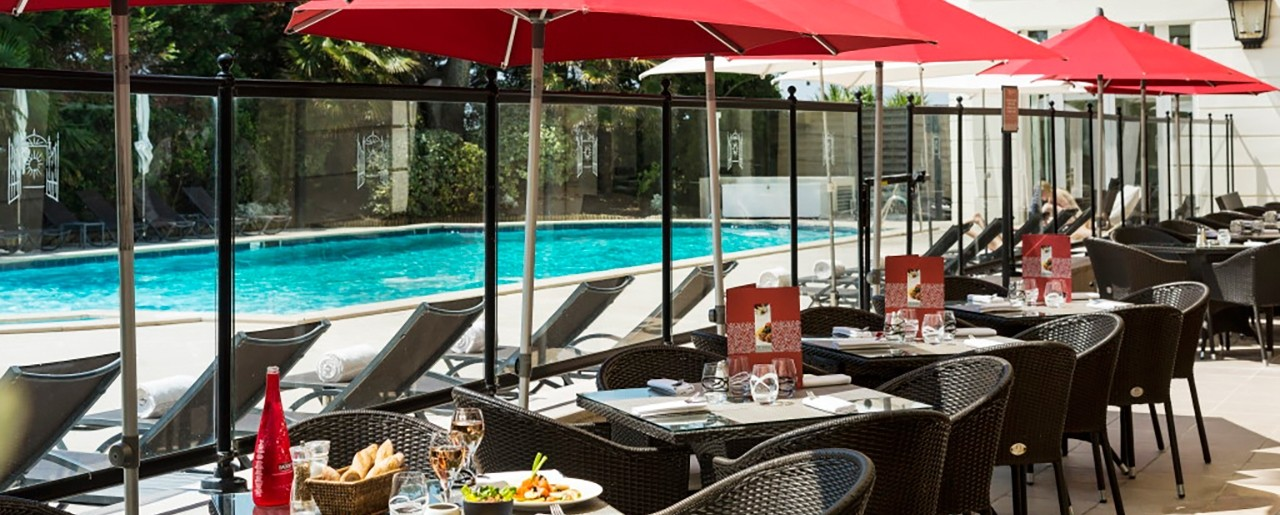 C t piscine restaurant hermitage hotel barri re for Piscine la baule
