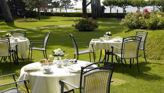 Hôtel Barrière La Baule - Castel Marie Louise - A restaurant table